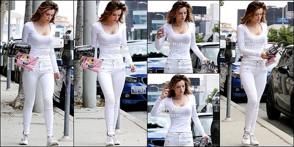 17/05/16 : C'est seule que notre actrice a été vue en train de se promener dans les rues de Los Angeles. Pour le coup, elle portait une tenue entièrement blanche. J'aime beaucoup, ça lui va bien. Elle est encore une nouvelle fois au top ![/font=Arial]