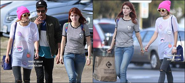 03/11/16 : Notre belle actrice et son boyfriend Tyler ont été vue près d'une voiture dans une rue de Los Angeles ! Tenue rock pour Bella. Je ne suis pas fan du legging. Les tenues plus sobres lui conviennent mieux, selon moi. Un petit bof pour ma part.[/font=Arial]