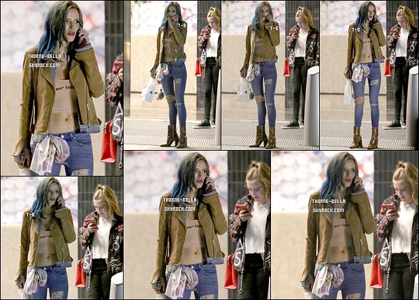 06/01/17 : La jolie Bella a été vue dans une rue de Beverly Hills à l'occasion de l'anniversaire de Cade Hudson. C'est donc au téléphone que nous retrouvons notre petite fashionista. Concernant la tenue, j'aime beaucoup, je trouve ça sympa.[/font=Arial]