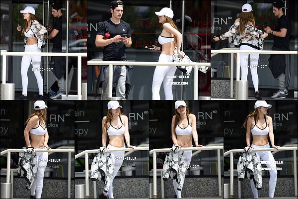 15/05/16 : Bella et Gregg ont été photographiés alors qu'ils sortaient de la salle de sport, située à Brentwood. C'est donc dans une tenue de sport que nous la retrouvons. Néanmoins, le blanc lui va extrêmement bien au teint. Un top pour moi ![/font=Arial]