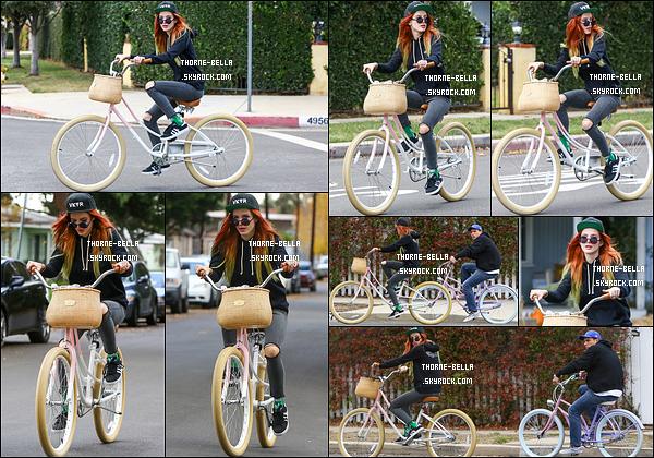 27/11/16 : Bella a été photographiée en train de faire une balade en vélo avec un ami, dans Sherman Oaks. Ah qu'elle est tranquille pour sa petite balade. Malheureusement, ce n'est pas moi qui pourrait en faire une. Très écolo notre Bella ![/font=Arial]