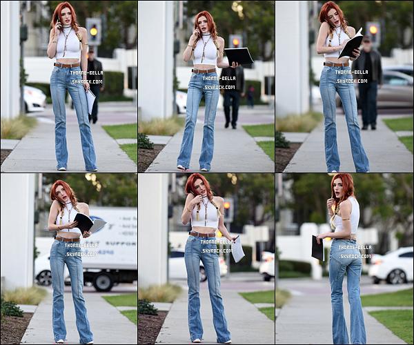 29/11/16 : Miss Bella Thorne a été aperçue dans les rues de Los Angeles  après avoir quitté les studios Sony. C'est dans une tenue un peu hippie que nous retrouvons notre actrice. Et bien sûr, scotchée à son portable. Ah là là, la jeunesse ![/font=Arial]
