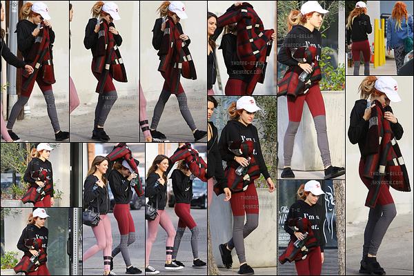 06/12/16 : Bella a été vue quittant son cours de pilates, qui s'est tenu dans un quartier de Los Angeles. Elle était accompagnée de sa soeur Dani et d'une amie. J'aime sa tenue de sport, c'est plutôt coloré. Et toi, qu'en penses-tu ?[/font=Arial]
