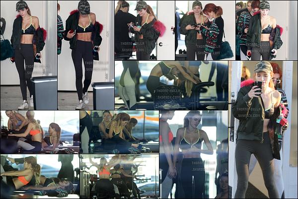 08/12/16 : Miss Bella, sa soeur Dani et une amie ont été vues quittant leur cours de pilates, dans Studio City. C'est donc sans surprises que nous la retrouvons en tenue de sport. J'aime bien, c'est simple. Et toi, qu'en penses-tu ? Top/Flop ?[/font=Arial]