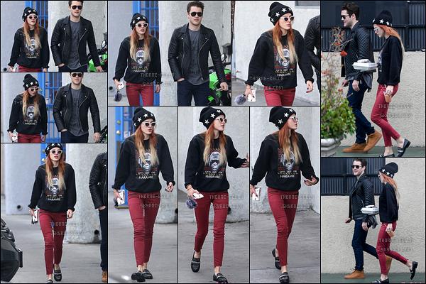 10/12/16 : Bella et un ami à elle ont été aperçus quittant le Jinky's Studio Cafe qui se trouve à Los Angeles. J'aime beaucoup la tenue de notre actrice même si elle aurait pu mettre des couleurs un peu plus pimpantes. Mais ça reste un top.[/font=Arial]