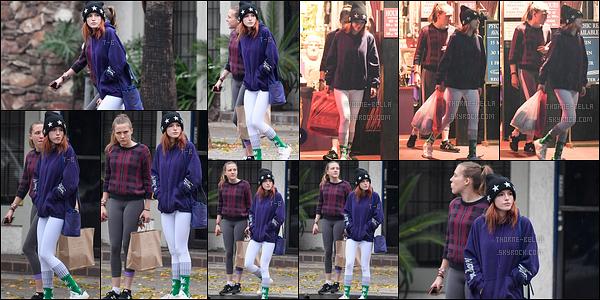 15/12/16 : Bella Thorne ainsi que sa meilleure amie ont été aperçues faisant des courses dans Studio City. La tenue que porte l'actrice n'est pas vilaine et est colorée. Mais il faut dire ce qu'il est, son ancien style vestimentaire manque.[/font=Arial]