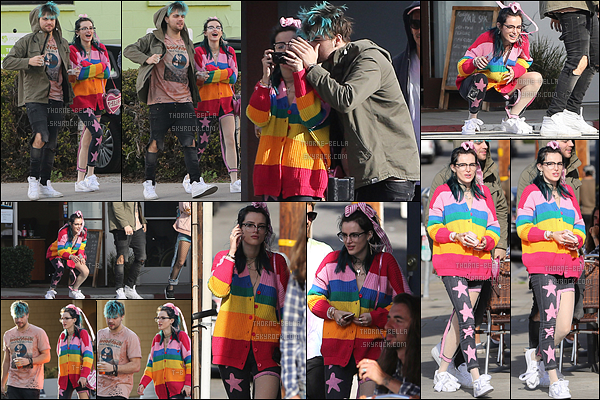 30/01/17 : Bella Thorne a été aperçue en train de se promener avec trois amis, dans les rues de Santa Monica. Non mais sa tenue est horrible... Bella est en train de se transformer en une mini Miley Cyrus, je n'aime pas ça. Ca n'est pas elle ![/font=Arial]