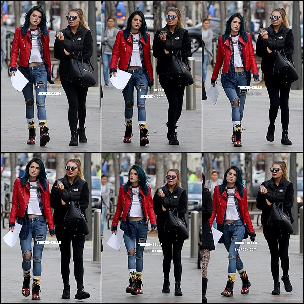 06/02/17 : Notre chère actrice a été aperçue en pleine balade dans les rues de Santa Monica avec une amie. J'aime beaucoup la tenue de Bella qui est simple mais colorée grâce à sa veste rouge. J'adore la voir comme ça, pas vous ? Un top ![/font=Arial]