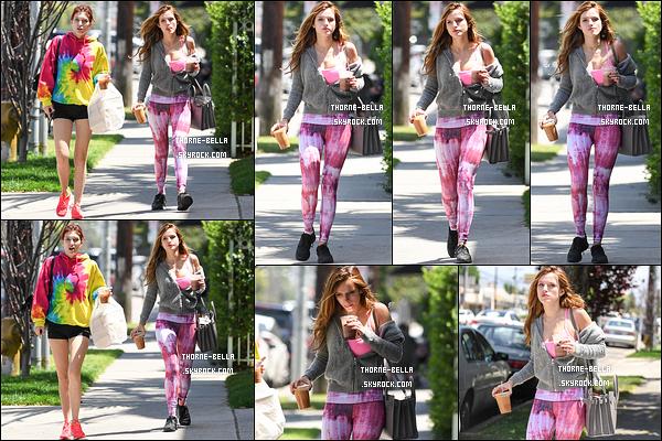 01/05/16 : Notre starlette adorée a été aperçue par les paparazzis en train de se promener dans Studio City. Avant, elle a été à sa séance de sport quotidienne puis, elle a été dans un café pour acheter son café glacé. Assez sympa la tenue.[/font=Arial]