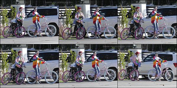 12/02/17 : Bella et une amie ont été aperçues quittant l'after-party des Grammy, organisée à Hollywood. C'est dans une tenue rose que nous retrouvons notre actrice. C'est plutôt sympa, mais les oreilles à la Ariana Grande, c'est à éviter.[/font=Arial]