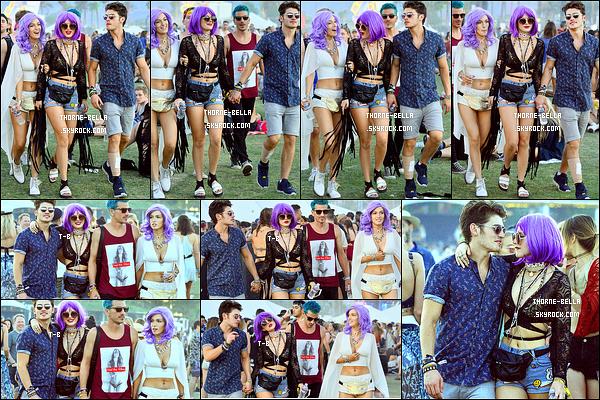 17/04/16 : Notre petite starlette a été photographiée par les paparazzis au festival Coachella, dans Indio. C'est accompagnée de Gregg et de sa soeur qu'elle s'y est rendue. Et elle a adopté un style vestimentaire adapté à l'événement.[/font=Arial]