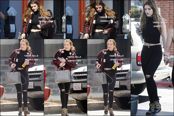 11/04/16 : Les deux soeurs Thorne ont été aperçues en train de se promener dans les rues de West Hollywood. Elles en ont profité pour se rendre au Mandy Makeup Salon. Concernant la tene de Bella, j'aime beaucoup, c'est simple mais efficace.[/font=Arial]