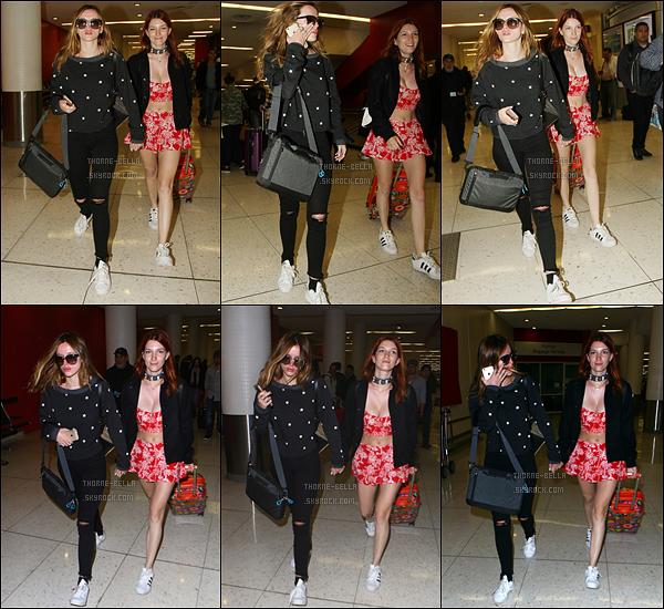 08/04/16 : Miss Thorne, peu souriante, et sa soeur chérie Dani ont été aperçues arrivant à l'aéroport LAX. Finies les vacances au soleil, il est temps de rentrer. Concernant la tenue de B, c'est parfait pour un vol en avion. Un top,pas vrai ?[/font=Arial]
