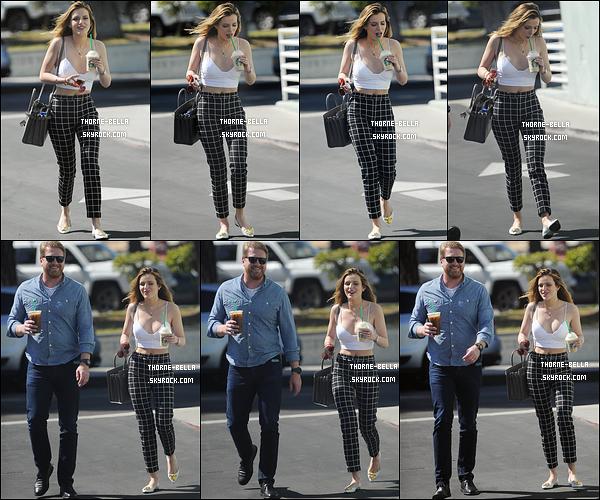 05/04/16 : Bella, accompagnée d'un ami, se promenait dans les rues de Los Angeles, Starbuck en mains. L'actrice n'hésite pas à nous exposer ses tenues printanières. J'aime bien celle qu'elle porte, c'est sympa. Et toi, qu'en penses-tu ?[/font=Arial]