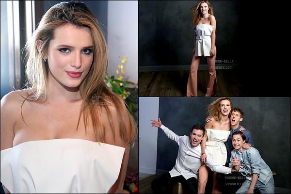 Découvrez un mini photoshoot de Bella et ses co-stars durant le SXSW, à Austin. C'est avec quelques acteurs du film Shovel Buddies que l'actrice a posé. J'adore la tenue, elle était magnifique ! Et vous, qu'en pensez-vous ?