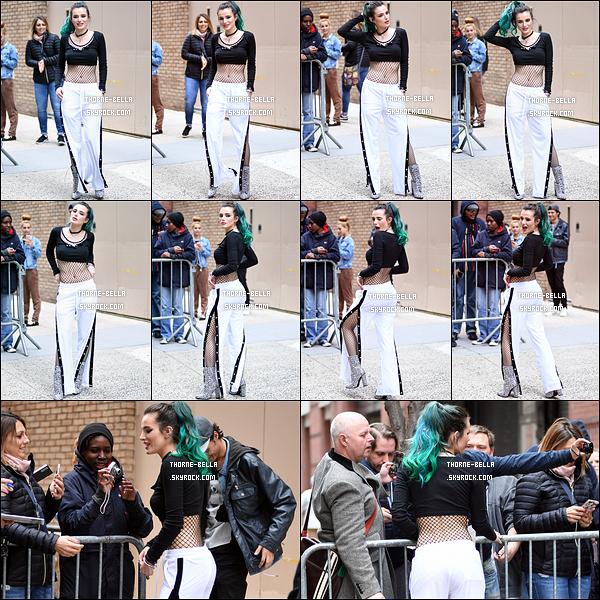 19/04/17 : Notre Bella a été aperçue devant les locaux de l'émission américaine Live with Kelly, à New York. C'est donc toute seule qu'elle s'est rendue sur le plateau afin de promouvoir sa série. Elle en a profité pour aller voir ses fans. Avis ?[/font=Arial]