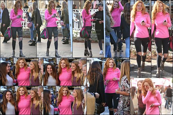 23/12/15 : Bella a été vue faisant du shopping au fameux centre commercial, The Grove, dans West Hollywood  Elle en a profité pour poser avec quelques fans. Qu'elle est adorable ! Concernant la tenue, j'aime mais un peu moins les chaussures...[/font=Arial]