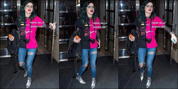17/04/17 : Miss Bella a été aperçue par les paparazzis alors qu'elle se promenait dans les rues de New York. Nous avons enfin une sortie de l'actrice qui était sur le tournage de Break My Heart 1000 Times jusque là. Un top pour la tenue ![/font=Arial]
