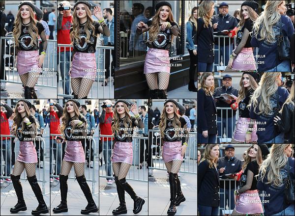 18/04/17 : Bella, d'excellente humeur, a été photographiée devant AOL Building dans les rues de New York. L'actrice est de retour à NY afin de promouvoir la sortie de sa série, Famous In Love. En effet, le pilot est diffusé ce soir aux USA.[/font=Arial]