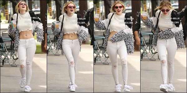 08/05/17 : Bella, Dani et le boyfriend de cette dernière ont été aperçus en pleine balade dans North Hollywood. La tenue de Bella est pas mal, surtout au niveau des chaussures que je trouve originales. Cependant, je ne suis pas très fan des lunettes.[/font=Arial]