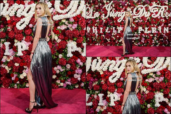 24/05/17 : Bella et sa soeur Dani se sont donc rendues à une soirée organisée par Philipp Plein, dans Cannes. Seulement trois photos de disponible, mais je trouve Bella très mignonne sur les clichés. Et j'adore le fond de fleurs ! Top pour l'actrice.[/font=Arial Black]