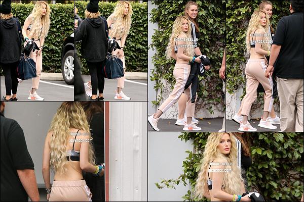 10/05/17 : Notre jolie blondinette a été aperçue par les paparazzis devant les studios de SIX:02, dans Hollywood. Elle s'y est rendue afin de continuer sa campagne. En effet, Bella a été choisie pour être l'égérie de la marque Nike. Plutôt pas mal, hein ?[/font=Arial]