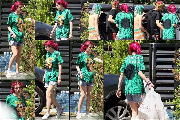 25/06/17 : Bella, sa soeurette et son beau-frère ont été aperçus déchargeant leur véhicule, dans Los Angeles.  La tenue que porte Bella n'est pas transcendante mais bon, pourquoi faire un effort le dimanche ? C'est un petit top pour la miss ![/font=Arial Black]