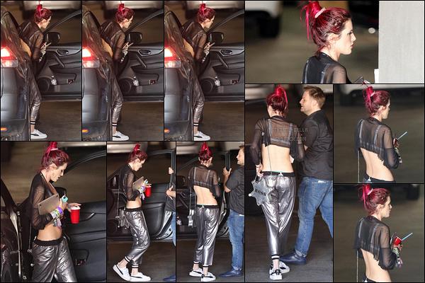 28/06/17 : C'est dans un parking souterrain que notre actrice a été aperçue par les paparazzis, à Los Angeles. Je pense qu'elle s'est rendue à un rendez-vous mais sans grandes certitudes. Pour la tenue, ça passe même si elle a déjà fait mieux ![/font=Arial Black]