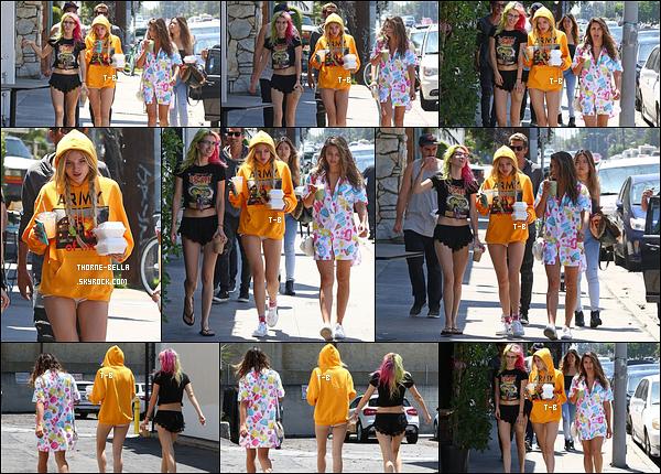03/06/17 : Bella, Dani et leurs amis ont été aperçus regagnant leur véhicule, dans un quartier de Los Angeles. La tenue de Bella n'est pas transcendante mais alors celle de Kira est super jolie et parfaite pour la saison. B prends exemple sur elle ![/font=Arial Black]
