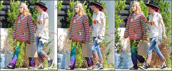 05/07/17 : Bella et Dani se sont rendues au Sweet Butter afin de s'acheter leur déjeuner, dans Studio City. Devinez qui était là en terrasse ? Notre très cher Gregg Sulkin ! Que le monde est petit, n'est-ce pas ? Sinon un top pour la tenue.[/font=Arial]
