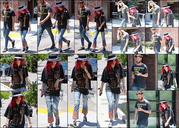 06/07/17 : Bella et un ami ont été aperçus alors qu'ils se baladaient tranquillement dans les rues d'Hollywood. Bella continue de porter des tenues rock. J'aime toujours son chapeau mais un peu moins l'association du t-shirt avec le pantalon. Toi ?[/font=Arial]