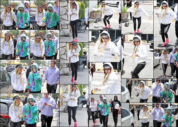 06/06/17 : Bella, accompagnée de sa soeur et d'amis, a été vue allant acheter à manger et des boissons, à LA. Elles en ont profité pour montrer leur talent de danseuses, comme vous pouvez le voir sur la vidéo en-dessous. Un top pour la tenue ![/font=Arial Black]