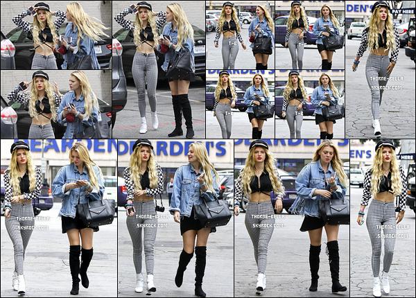 08/06/17 : Bella a été vue rejoignant une équipe de photographes afin de tourner une vidéo, dans Hollywood. C'est une Bella assez fatiguée que nous retrouvons. Quelle est dure la vie de star ! Sinon, j'aime bien sa tenue, c'est original. Et vous ?[/font=Arial Black]