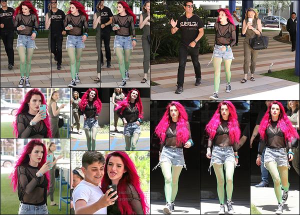 14/06/17 : Bella Thorne a été aperçue quittant son domicile en compagnie de Lo, dans - Sherman Oaks. (LA) Bella aurait dû retirer ses extensions bas de gamme avec cette couleur de cheveux. Et bof les collants verts avec le reste de sa tenue ![/font=Arial Black]