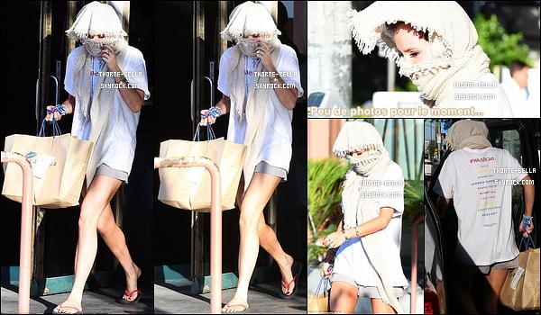 15/06/17 : Bella, cachée sous une longue écharpe beige, a été aperçue quittant une boutique de Los Angeles. Elle a donc essayé d'échapper aux paparazzis, mais ces derniers ont été plus malins. Pour la tenue, ça va mais j'aurais aimé voir sa tête.[/font=Arial Black]