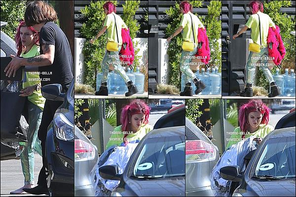 28/07/17 : L'actrice a été photographiée alors qu'elle arrivait à son domicile, dans un quartier de Los Angeles. Je n'ai pas les mots pour décrire la monstruosité qu'elle porte. Non mais je ne comprends pas qu'elle puisse porter ça sans avoir honte.[/font=Arial]