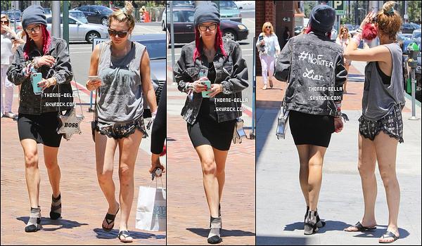 21/06/17 : Bella et Lo ont été aperçues par les paparazzis alors qu'elles se promenaient dans les rues de Los A. Je trouve sa tenue très sympathique mais elle doit avoir chaud avec son bonnet. Et je ne suis pas fan des chaussures... Mini top ![/font=Arial]