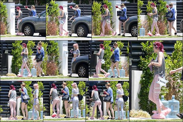 02/07/17 : B. a été repérée par les paparazzis alors qu'elle regagnait son domicile, dans Sherman Oaks. (LA) C'est avec des bigoudis sur la tête et des chaussons que la miss a décidé de se montrer face aux paparazzis. La tenue, elle, passe.[/font=Arial]