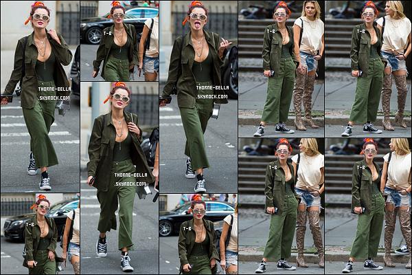 08/07/17 : La miss, toujours accompagnée de Lo, a été aperçue en pleine balade dans les rues de New York. J'aime bien la tenue de Bella, surtout le haut accompagné de la veste. Mais alors les chaussures ne vont pas du tout avec l'ensemble ![/font=Arial]