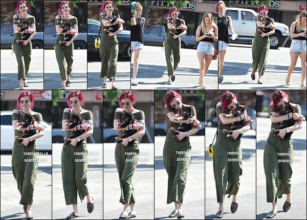 06/08/17 : Bella, toujours accompagnée de sa soeur Dani et de ses amis, se rendait à un resto de Los Angeles. J'ai oublié de mentionner que le nouveau chien de Bella était aussi présent. Je le trouve vraiment trop mignon, pas vous ? Sinon bof ![/font=Arial]