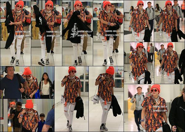 10/07/17 : La miss Thorne a été aperçue arrivant à l'aéroport LAX après avoir passé quelques jours à New York. Mon dieu que la chemise est laide ! C'est dommage, car le reste de la tenue était très sympa. C'est donc un bof voire flop pour Bella.[/font=Arial]