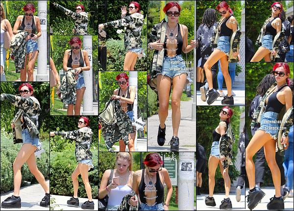 11/07/17 : Bella et Lo ont été vues alors qu'elles se rendaient à un studio d'enregistrement, dans Los Angeles. Je devrais plutôt dire Sexy Bella vu la tenue... Mais franchement, je la trouve belle dedans. Ca lui va bien et elle a un corps de rêve ![/font=Arial]