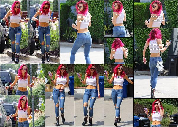13/07/17 : Bella visiblement de bonne humeur a été vue arrivant sur le set d'un nouveau photoshoot à Pasadena. J'ai hâte de voir ce que va donner ce photoshoot ! De plus, j'adore sa tenue et Bella a fait un petit effort vestimentaire ce jour-là. Top ![/font=Arial]