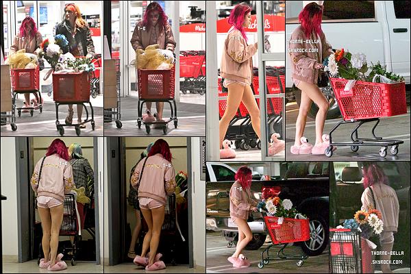 15/07/17 : De bon matin, Bella et sa soeur Dani se sont rendues à un supermarché de la vallée de Los Angeles. C'est donc en pyjama et en chausson flamants rose que nous retrouvons notre actrice. Franchement, j'adore cette sortie. Et vous ?[/font=Arial]