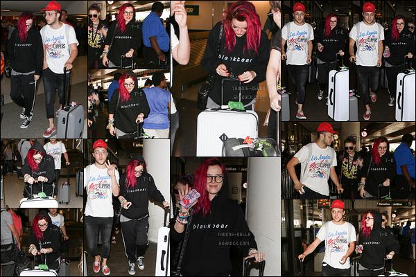 19/07/17 : Bella, Prince FOX et Lo sont donc de retour à Los Angeles puisqu'ils ont été vus à l'aéroport LAX. Maintenant que Bella est de retour chez elle, espérons qu'elle se repose et qu'on ait moins de news ! Concernant la tenue, ça passe.[/font=Arial]