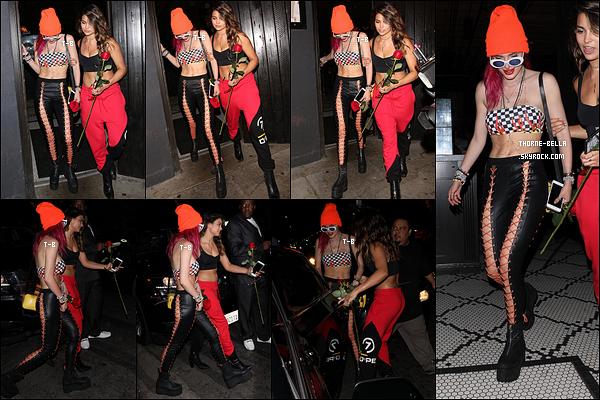 09/08/17 : Bella et Kyra ont été vues quittant le Avenue Nightclub après une soirée entre filles, à Hollywood. Tout le monde sait que j'aime les bonnets mais y a une limite quand même. Bella, on est en été ! Et en plus, tu es en soirée. Un bof ![/font=Arial]