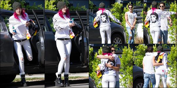 21/07/17 : Bella et Max Ehrich ont été vus quittant le domicile de notre actrice en question, dans Los Angeles. Pour ceux qui ne le savent pas, ils travaillent avec le producteur Ari Blitz sur un morceau qui pourrait s'intituler Be Here Now. Hâte ![/font=Arial]