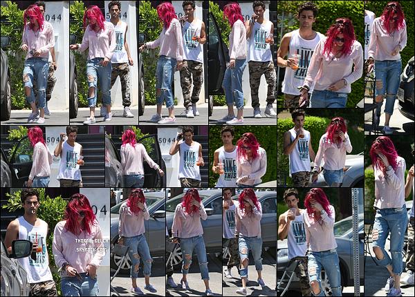 22/07/17 : Bella et Max Ehrich ont été vus quittant le domicile de notre actrice en question, dans Los Angeles. Ils se sont ensuite rendus dans un restaurant de la vallée de Los Angeles afin d'y déjeuner. Un top pour la tenue de Bella, j'adore ![/font=Arial]
