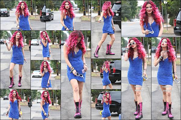 02/08/17 : Bella T a été vue quittant sa maison pour se rendre à une fête organisée par la marque Buxom à LA. Pour ceux qui ne le savent pas, Bella est l'égérie de la marque. Pour le coup, j'aime sa robe et ses cheveux mais pas les chaussures.[/font=Arial]