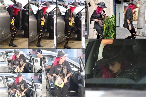 12/08/17 : Lo a gentiment accepté de déposer notre Bella Thorne devant un salon de beauté de Beverly Hills. Les paparazzis ont attendu que Bella ait fini puisque vous pouvez voir des photos à sa sortie et dans la voiture. Et, je donne un top.[/font=Arial]